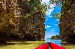 Большие известковые скалы скалы в Phang Nga преследуют для сплавляться paddli Стоковая Фотография