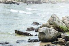 Большие камни около пляжа, некоторые малые волны Стоковые Изображения RF
