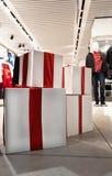 Большие коробки рождества в интерьере мола Стоковое Изображение RF