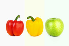 Большие красные и желтые перцы и большое зеленое яблоко Стоковое Фото