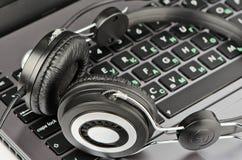 Большие наушники на клавиатуре Стоковая Фотография