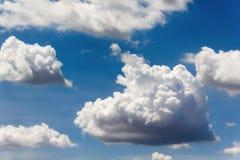 Большие облака в голубом небе Стоковые Изображения