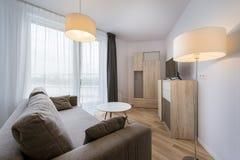 Большие окна в современной квартире живущей комнаты Стоковая Фотография RF