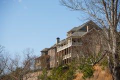 Большие дома кирпича на холме Стоковое фото RF