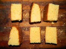 Большие ломти прерванного свежего торта кукурузной муки Стоковые Фото