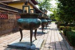 Большие орнаментальные вазы на имперской цитадели, Вьетнаме Стоковые Изображения RF