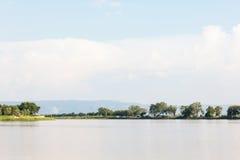 Большие открытые пруд и дерево выстраивают в ряд с горой предпосылки Стоковое фото RF