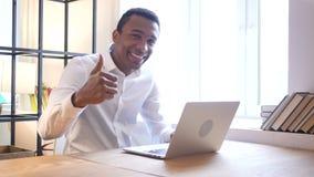 Большие пальцы руки вверх чернокожим человеком в офисе видеоматериал