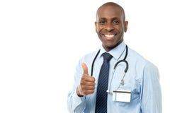 большие пальцы руки доктора медицинские показывая сь вверх Стоковое Фото