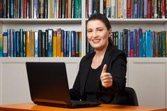 Большие пальцы руки офиса женщины вверх усмехаются Стоковое Фото