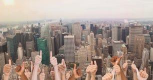 Большие пальцы руки поднимают город стоковое изображение rf