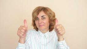 большие пальцы руки поднимают женщину акции видеоматериалы