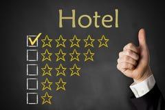 Большие пальцы руки поднимают звезды оценки гостиницы Стоковая Фотография RF
