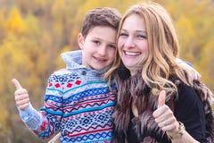 Большие пальцы руки поднимают маму и сына Стоковые Изображения