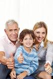 большие пальцы руки удерживания семьи счастливые вверх Стоковая Фотография