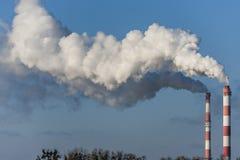 Большие 2 печной трубы с драматическими облаками дыма Стоковые Фото