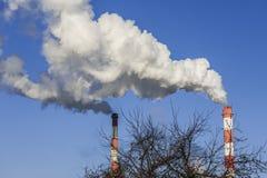 Большие 2 печной трубы с драматическими облаками дыма Стоковые Изображения RF