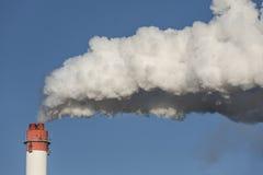 Большие печные трубы с драматическими облаками дыма Стоковая Фотография