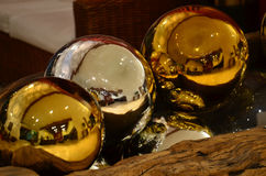Большие покрашенные сферы украсили золото и серебр Стоковое фото RF