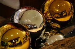 Большие покрашенные сферы украсили золото и серебр Стоковые Изображения