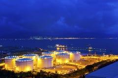 Большие промышленные масляные баки в рафинадном заводе на ноче Стоковая Фотография