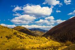 Большие пушистые облака над горами Стоковые Изображения RF