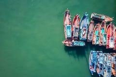 Большие рыбацкие лодки стоя на море в Пхукете, Таиланде Стоковое Изображение RF