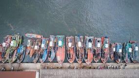 Большие рыбацкие лодки стоя на море в Пхукете, Таиланде Aeria Стоковые Фото