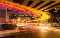 Большие света автомобиля дороги города на ноче стоковое фото rf