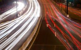 Большие света автомобиля дороги города на ноче Стоковое Изображение RF