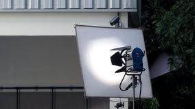 Большие свет и тренога студии для внешней стрельбы кино стоковые изображения
