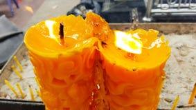 Большие свечи высекая света на тайском виске Стоковые Изображения RF