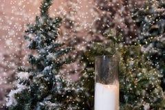 Большие свечи в стеклянных вазах приближают к ели с электрофонарями в s Стоковые Изображения