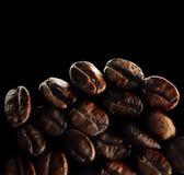 Большие семена кофе на черной предпосылке стоковое фото rf