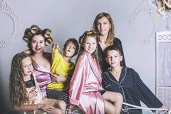 Большие семья и серии счастливых детей и красивого дома на кровати стоковое изображение