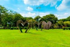 Большие сердца в середине парка Lumphini, Бангкока Стоковые Фотографии RF