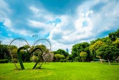 Большие сердца в середине парка Lumphini, Бангкока Стоковые Изображения RF