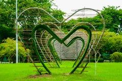 Большие сердца в середине парка Lumphini, Бангкока Стоковая Фотография