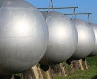 большие сосуды под давлением для хранения воспламеняющего газа в res Стоковое Изображение RF
