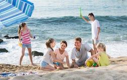 Большие усмехаясь люди семьи из шести человек играя совместно Стоковое фото RF