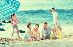 Большие усмехаясь люди семьи из шести человек играя совместно Стоковое Изображение