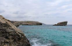 Большие утесы и Средиземное море, голубая лагуна, Gozo, республика Мальты Стоковая Фотография