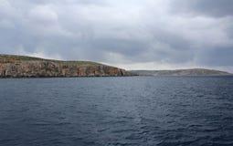 Большие утесы и Средиземное море, Gozo, республика Мальты Стоковое Фото