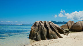 Большие утесы на береге пляжа Стоковые Изображения RF
