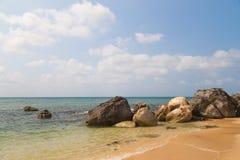 Большие утесы на песчаном пляже стоковая фотография