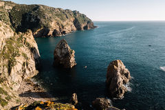 Большие утесы на пляже и в океане, Португалии Стоковые Фото