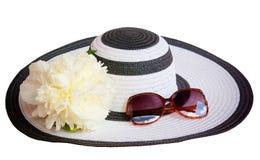 Большие шляпа и стекла пляжа от солнца изолированного на белизне Стоковые Изображения RF
