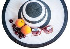 Большие шляпа, плодоовощи и стекла пляжа от изолированного солнца Стоковые Изображения RF