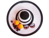 Большие шляпа, плодоовощи и стекла пляжа от изолированного солнца Стоковое Изображение RF