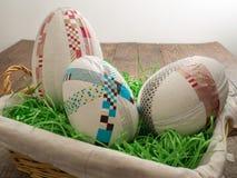 Большие selfmade пасхальные яйца в корзине с травой пасхи стоковая фотография
